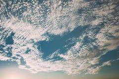Ciel nuageux bleu lumineux avec les nuages blancs au temps de coucher du soleil Ensoleillé bleu image libre de droits