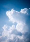 Ciel nuageux pendant le jour d'été Image libre de droits