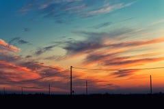 Ciel nuageux coloré dans le temps de coucher du soleil dans la campagne italienne Images stock