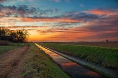 Ciel nuageux coloré dans le temps de coucher du soleil dans la campagne italienne Photographie stock