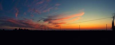 Ciel nuageux coloré dans le temps de coucher du soleil dans la campagne italienne Images libres de droits