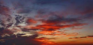 Ciel nuageux coloré sur le coucher du soleil Fond de ciel de rouge bleu de couleur Image libre de droits