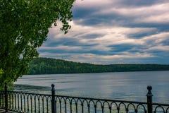 Ciel nuageux d'été au-dessus du lac calme et arbre isolé sur l'avant Paysage russe photos stock