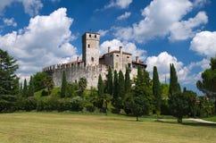 Ciel nuageux dans un jour ensoleillé au-dessus du château médiéval de Villalta Images libres de droits