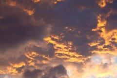 Ciel nuageux de coucher du soleil Images stock
