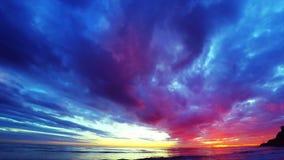 Ciel nuageux de coucher du soleil au-dessus de la mer clips vidéos