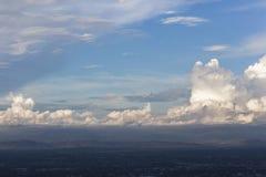Ciel nuageux de coucher du soleil de soirée Images stock