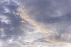 Ciel nuageux de coucher du soleil de soirée Photographie stock libre de droits