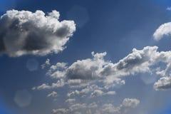 Ciel nuageux de cumulus bleu assez vif pour l'usage dans la conception comme fond image libre de droits