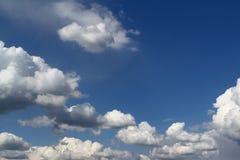 Ciel nuageux de cumulus coloré merveilleux pour l'usage dans la conception comme fond image stock