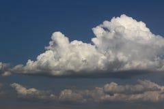 Ciel nuageux de joli cumulus lumineux pour l'usage dans la conception comme fond image libre de droits