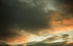 Ciel nuageux de lever de soleil de coucher du soleil dans la coloration grise et orange photos stock