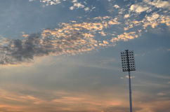 Ciel nuageux de projecteur et d'orage Image stock