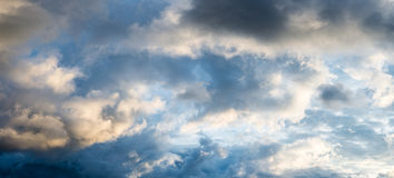 Ciel nuageux de soirée image libre de droits