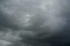 Ciel nuageux de tempête grise sinistre d'obscurité photos libres de droits