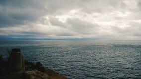 Ciel nuageux dramatique au-dessus de la mer banque de vidéos