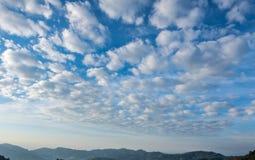 Ciel nuageux en été chez Chiangmai, Thaïlande Image stock