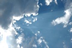 Ciel nuageux et bleu image stock