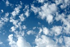 Ciel nuageux et bleu images libres de droits