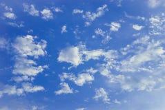 Ciel nuageux et bleu Image libre de droits