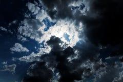 Ciel nuageux foncé   Images libres de droits