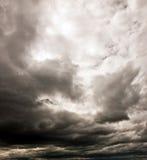 Ciel nuageux foncé Photographie stock libre de droits