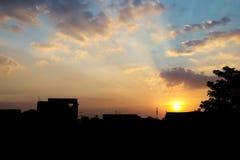 Ciel nuageux jaune abstrait avec la silhouette de ville Photo stock