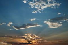 Ciel nuageux lumineux au coucher du soleil Image libre de droits