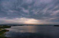 Ciel nuageux orageux au coucher du soleil au-dessus de la rivière Volga photos libres de droits