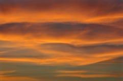 Ciel nuageux pendant un coucher du soleil Photos stock
