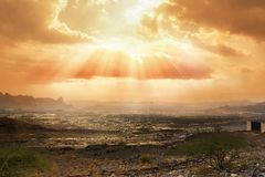 Ciel nuageux réduit par les rayons du soleil au-dessus du village d'Al Hamra Oman image stock
