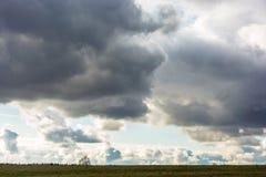 Ciel nuageux sombre au-dessus d'une bande étroite de terre Photos libres de droits