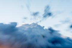 Ciel nuageux sombre avec les nuages épais, effet de bourdonnement Photographie stock