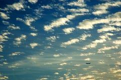Ciel nuageux sur le coucher du soleil Images libres de droits
