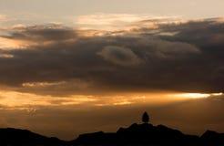 Ciel nuageux sur les montagnes au coucher du soleil Photo libre de droits