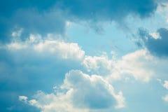 Ciel nuageux un jour ensoleillé photo libre de droits