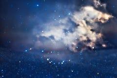 ciel orageux abstrait avec des nuages Le scintillement allume le fond bleu, noir et argent De focalisé Photo stock