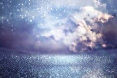 ciel orageux abstrait avec des nuages Le scintillement allume le fond bleu, noir et argent De focalisé Image libre de droits