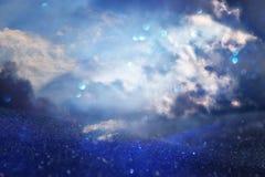ciel orageux abstrait avec des nuages Le scintillement allume le fond bleu, noir et argent De focalisé Photos stock
