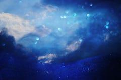 ciel orageux abstrait avec des nuages Le scintillement allume le fond bleu, noir et argent De focalisé Images stock