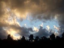 Ciel orageux au crépuscule au Nouvelle-Zélande photos stock