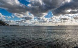 Ciel orageux au-dessus de baie du Gibraltar, la mer Méditerranée image libre de droits