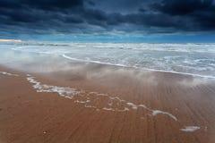 Ciel orageux au-dessus de côte de la Mer du Nord Images stock