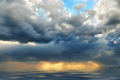 Ciel orageux au-dessus de la mer Photos libres de droits
