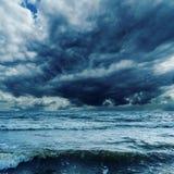 Ciel orageux au-dessus de mer foncée Images stock