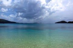 Ciel orageux au-dessus de plage des Caraïbes, St John, Îles Vierges américaines Images stock