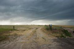 Ciel orageux au-dessus de prairie Images libres de droits