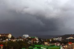 Ciel orageux au-dessus de Yalta, Crimée image libre de droits