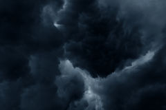 Ciel orageux d'obscurité de nuages de pluie Photo libre de droits