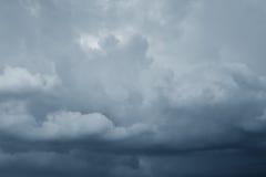 Ciel orageux d'obscurité de nuages de pluie Image libre de droits